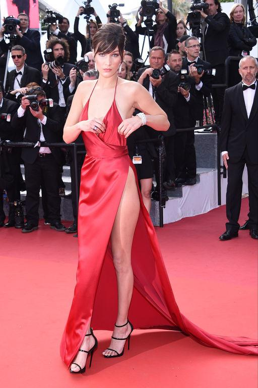 Bella hadid robe rouge