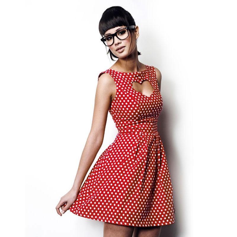 A une robe rouge et blanche
