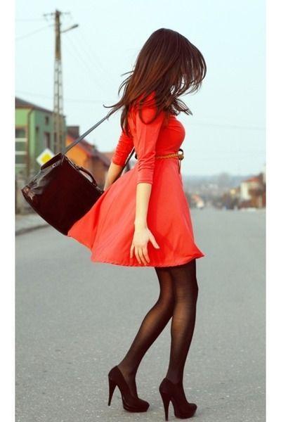 Quel collant avec robe rouge