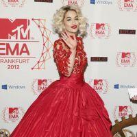 Quel maquillage avec une robe rouge