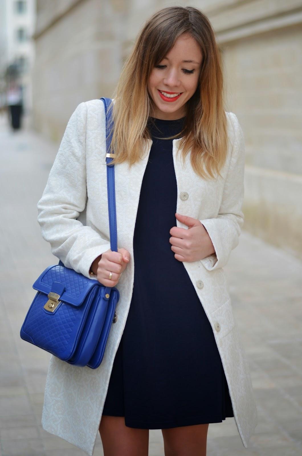 Quelle couleur de veste avec une robe bleu marine