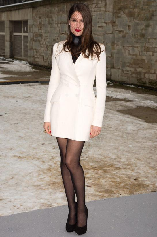Robe blanche avec collant noir