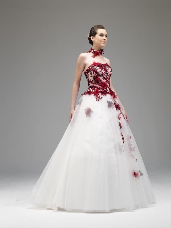 Robe de mariée rouge et ivoire