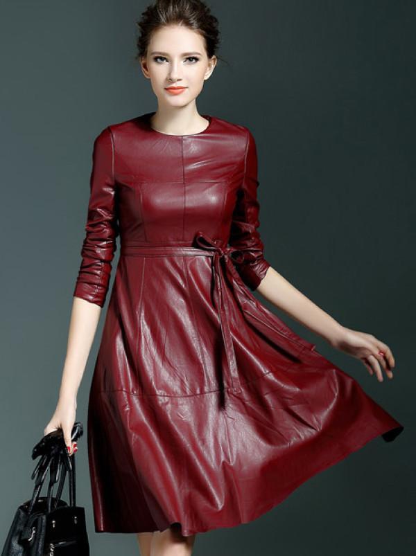 Robe en cuir rouge