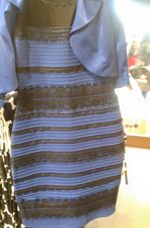 Robe noir et bleu ou or et blanc