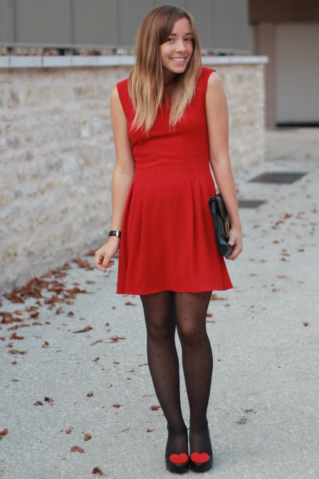 Robe rouge avec collant noir