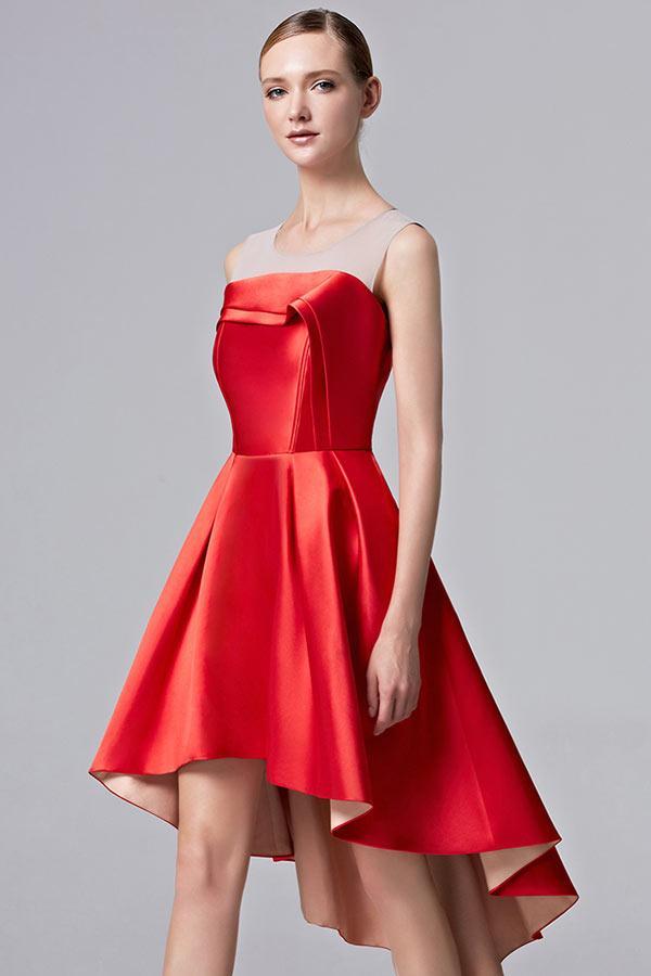 Robe rouge courte devant longue derriere