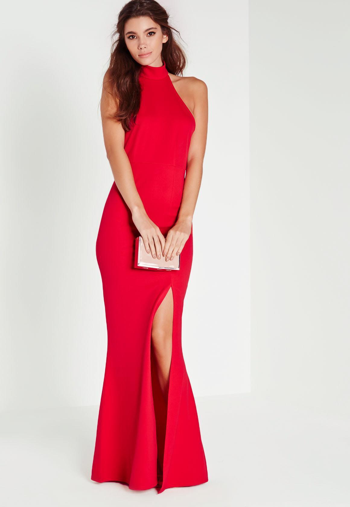 Robe rouge fendue