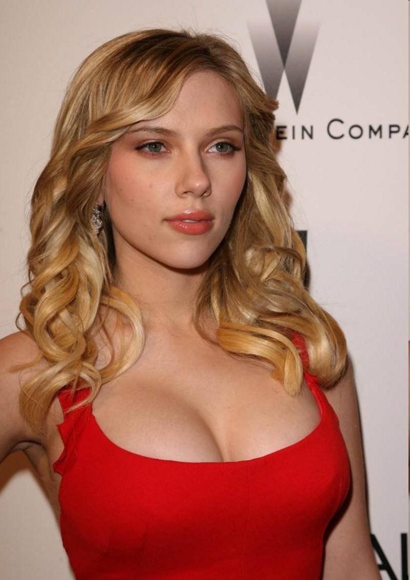 Scarlett johansson robe rouge