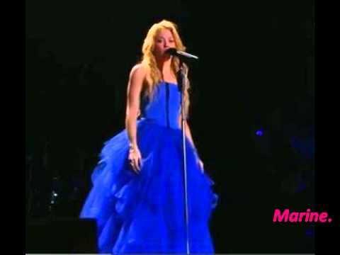 Shakira robe bleu
